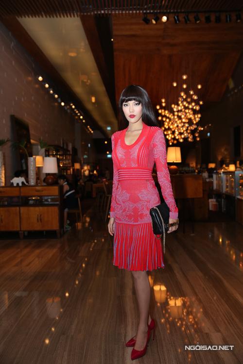 Hoa khôi áo dài Lan Khuê đầy nữ tính với váy hồng.