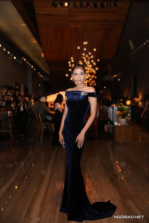 Trương Thị May khoe đường cong quyến rũ với váy đuôi cá.