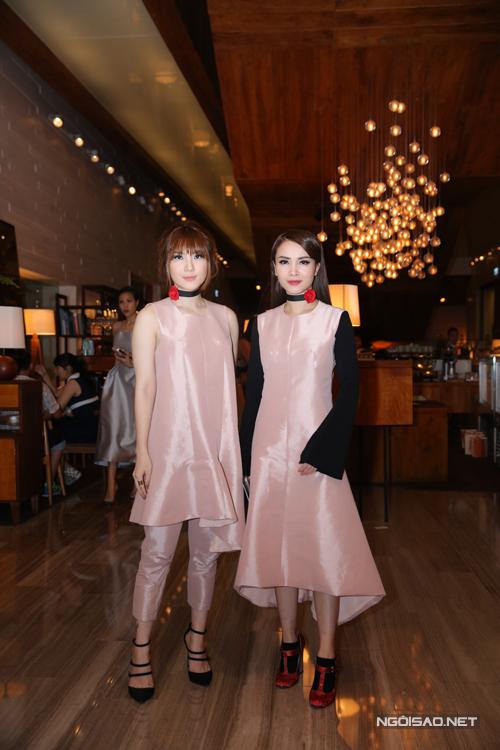 Yến Trang, Yến Nhi đồng điệu với trang phục hồng đầy nữ tính.
