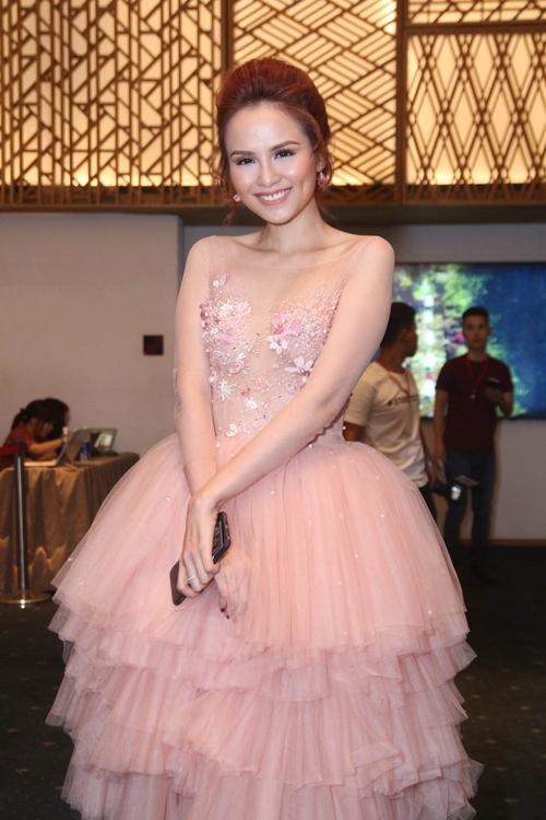 Hoa hậu Diễm Hương điệu đà cùng đầm dạ hội tông hồng thạch anh hợp mốt.