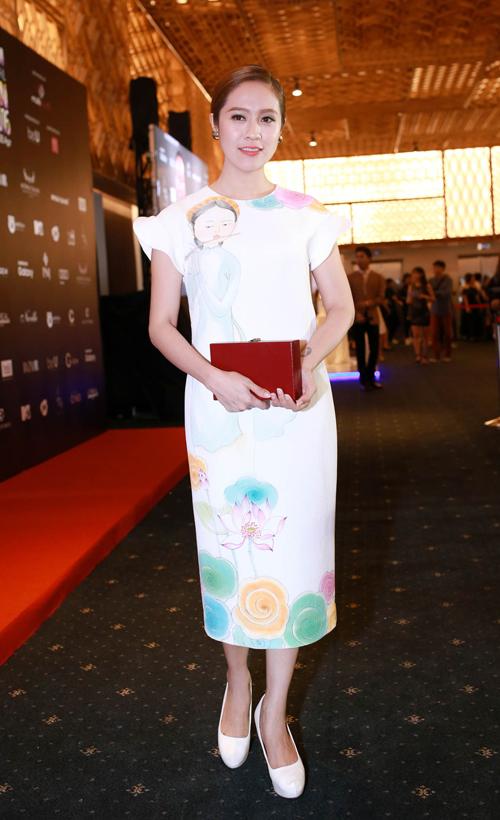 Thanh Thúy thanh lịch cùng váy suông in họa tiết nhẹ nhàng.