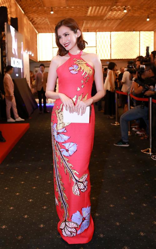 Trúc Diễm duyên dáng với váy dáng dài tông màu ngọt ngào.