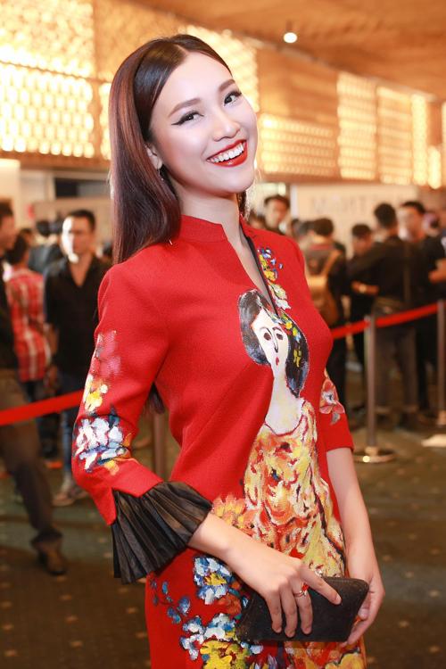 Hoàng Oanh nổi bật cùng áo dài cách điệu gam màu đỏ tươi.