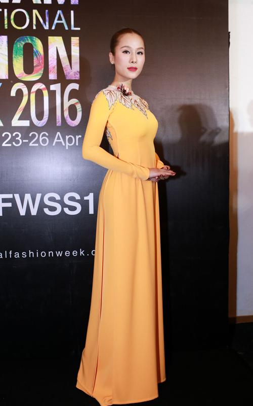Thái Hà tôn nét duyên cùng áo dài cổ trụ.