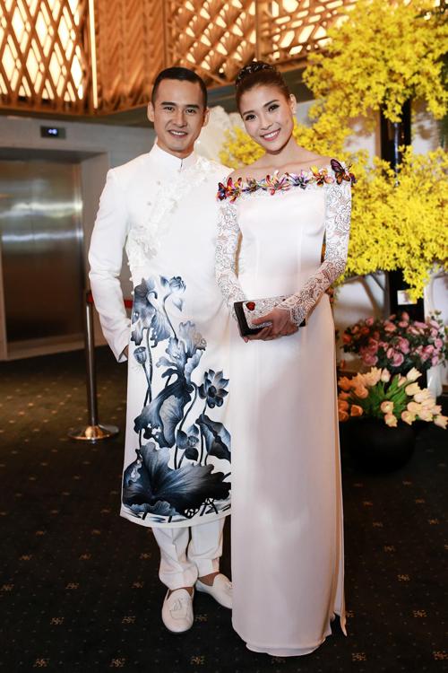 Vợ chồng diễn viên trẻ cùng chọn áo dài trắng thanh nhã khi góp mặt trên thảm đỏ của chương trình 'Tuần lễ thời trang quốc tế Việt Nam' tổ chức vào tối 25/4.