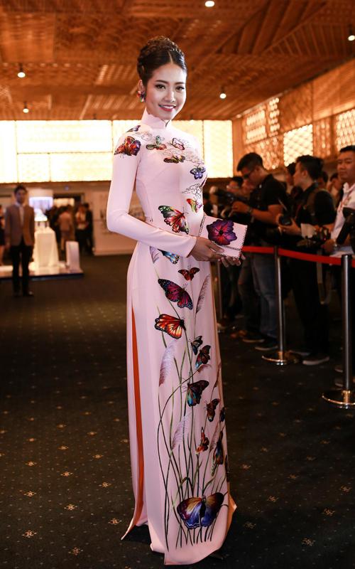 Ninh Hoàng Ngân rực rỡ với áo dài in họa tiết những cánh bướm.