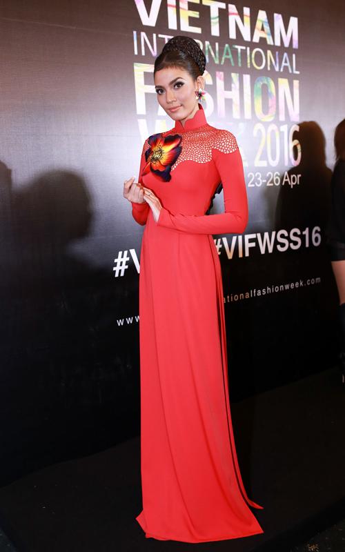 Trương Thị May cũng chọn trang phục truyền thống để khoe sắc trên thảm đỏ.