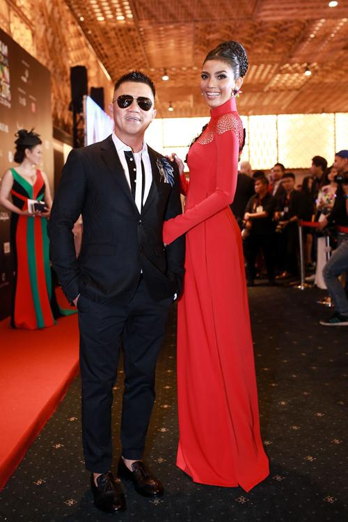 Trương Thị May và nhà thiết kế Đinh Văn Thơ.