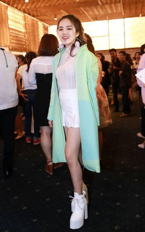 Phương Ly tiếp tục nhận được nhiều lời chê bai với cách mix áo choàng khi tham gia sự kiện mùa hè.