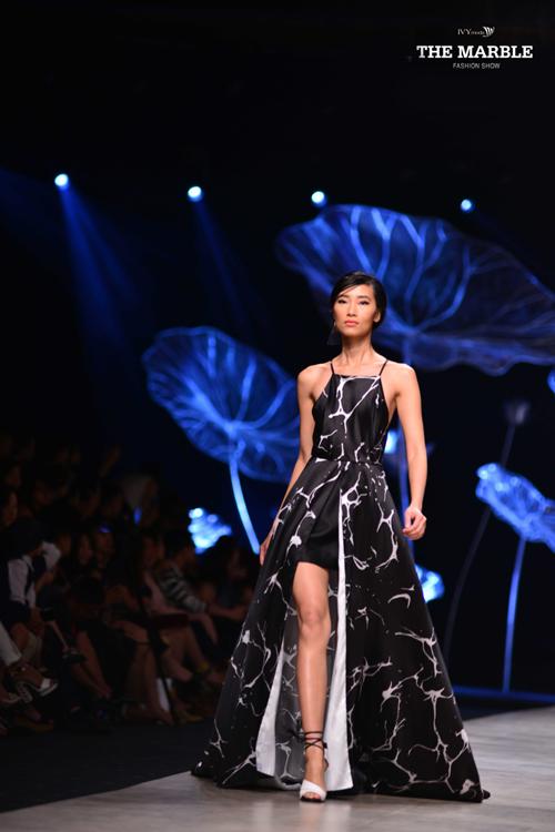 Trang Khiếu trong một thiết kế xẻ vạt, phần trên lấy cảm hứng từ chiếc yếm của phụ nữ Việt Nam với đường cắt hiện đại..
