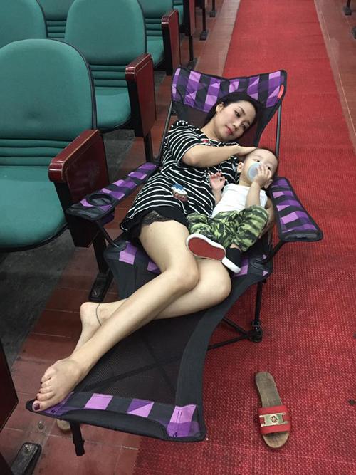 Ốc Thanh Vân mang theo bé Cacao tới chỗ làm, hai mẹ con nằm nghỉ trên ghế dài: