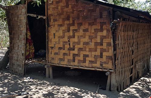 Căn chòi rách nát hở trước trống sau là nơi ngủ và sinh hoạt của chín người trong gia đình.