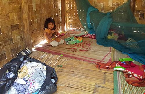 Đứa con gái của Srín sinh ra đến giờ chỉ ở trong rừng, trong căn chòi này.