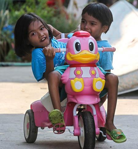 Theo The Sun, hiện cặp song sinh học tại trường Nakhonsawanpunyanukul dành cho trẻ khuyết tật, nơi cả hai đều được các học sinh và nhân viên trong trường biết đến.