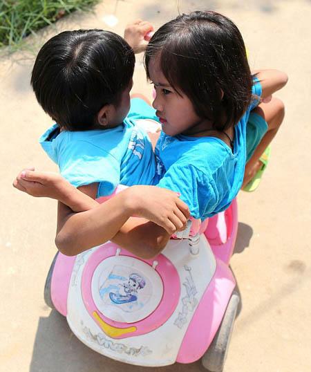 Các giáo viên khác ở trường cũng như ông bà của hai cô bé đều hy vọng những kiến thức mà chúng được truyền đạt sẽ giúp chúng có những kỹ năng để sống độc lập về sau này. Thầy hiệu trưởng Sunan Japan nhận xét cặp song sinh rất có năng lực, vì thế hy vọng chúng sẽ tìm được công việc phù hợp trong tương lai.