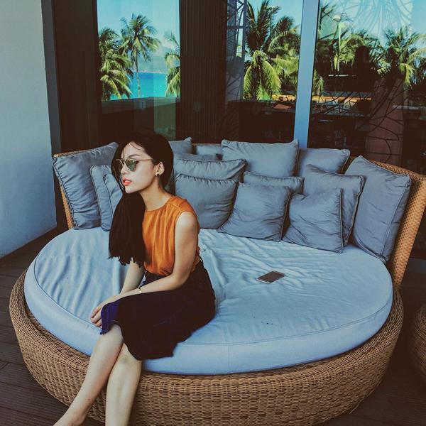 Hoa hậu Kỳ Duyên thư thái nghỉ ngơi trong một khách sạn sang trọng ở Nha Trang.