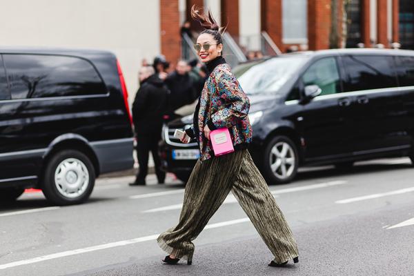 fashionista-noi-bat-voi-cach-phoi-mau-ruc-ro-4