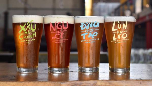"""Các loại bia thủ công với những tên gọi rất """"kêu"""" khi được Việt hóa. Ảnh: Ụt Ụt quán (Trường Sa, Bình Thạnh, TP HCM)."""