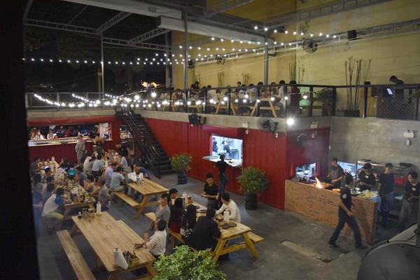 Không gian nhà hàng container ngoài trời với món nướng phù hợp tổ chức các lễ hội bia. Ảnh: Ụt Ụt quán.