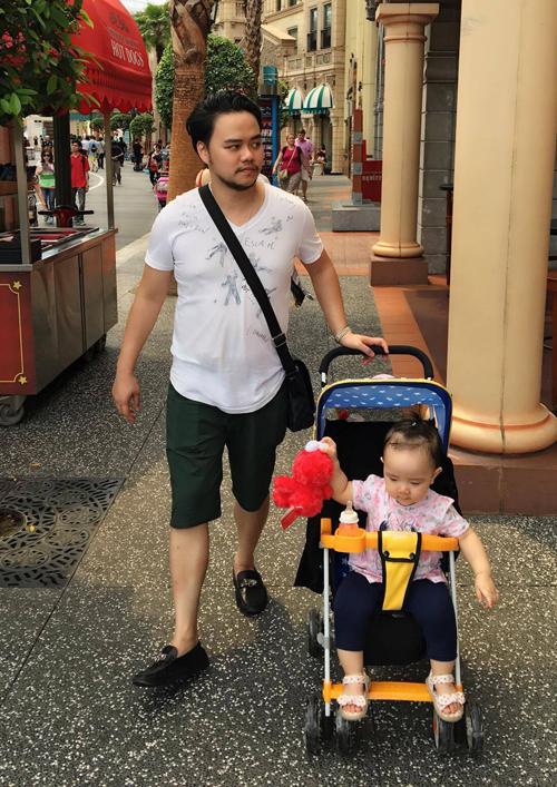 vo-chong-trang-nhung-dua-con-gai-du-ngoan-singapore-5