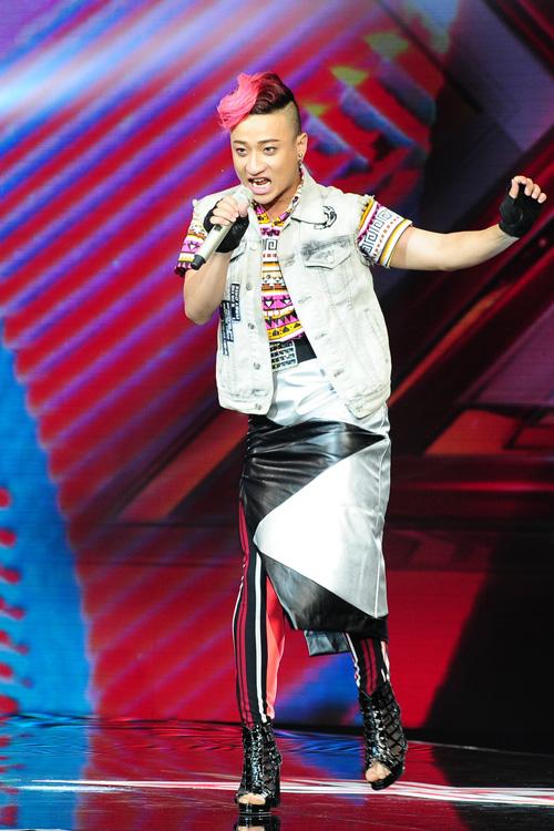 adam-mang-giay-cao-got-nhay-lam-giam-khao-phan-khich