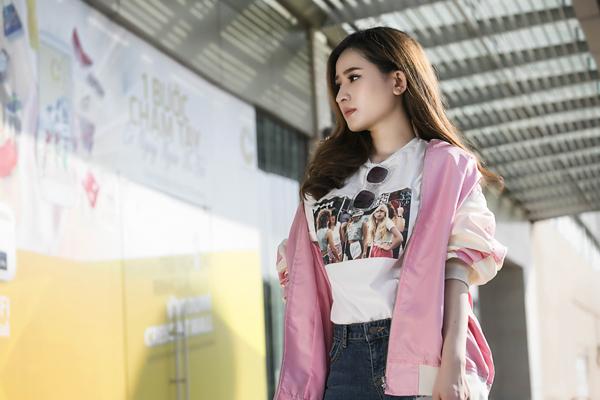 Những gam màu thuộc hot trend và mang lại nét tươi sáng cũng được hot girl bổ sung cho từng set trang phục.