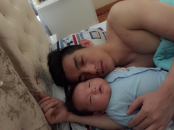 Phi Thanh Vân khoe ảnh chồng và con ngủ say sưa: