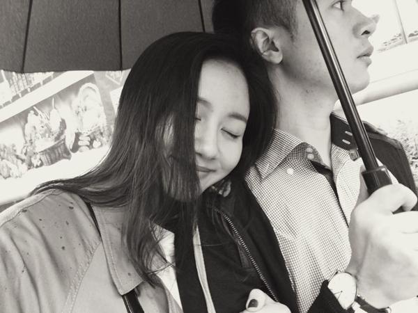Văn Mai Hương sang Bắc Kinh thăm một người bạn, cô ngả đầu vào vai chàng trai: