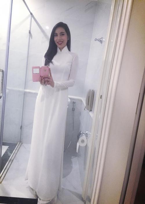 Thủy Tiên khoe dáng nuột nà trong bộ áo dài trắng nữ sinh tinh khôi.