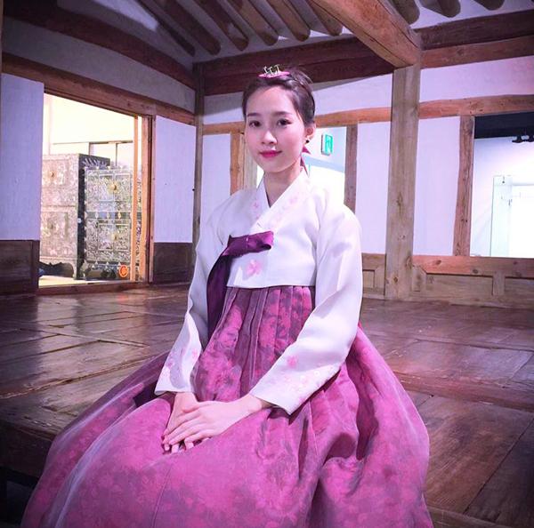 Hoa hậu Thu Thảo xinh đẹp trong bộ hanbok trong chuyến du lịch Hàn Quốc.