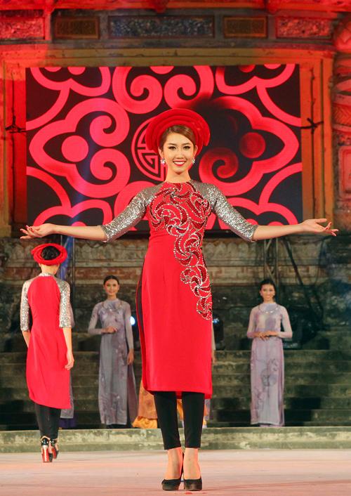 thuy-ngan-duyen-dang-ao-dai-van-canh-chua-8