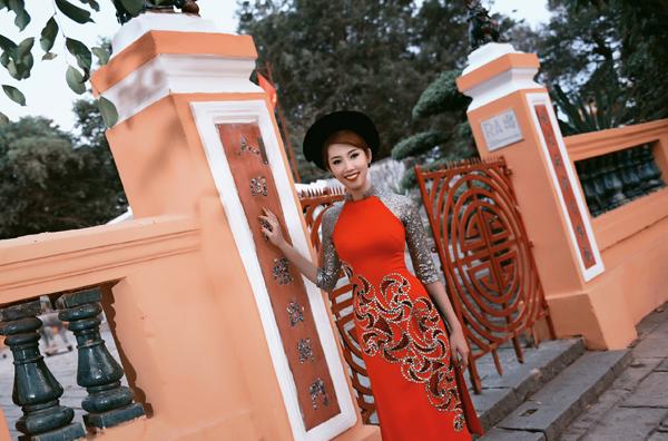 thuy-ngan-duyen-dang-ao-dai-van-canh-chua-2
