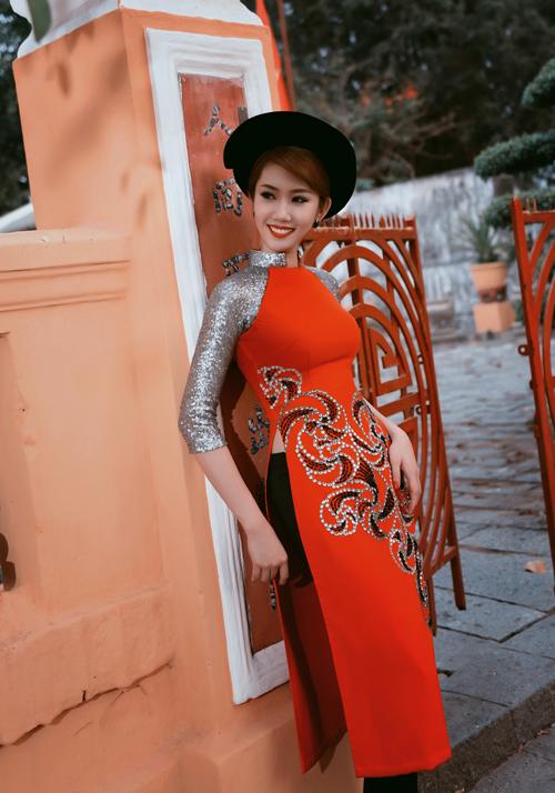 thuy-ngan-duyen-dang-ao-dai-van-canh-chua-4