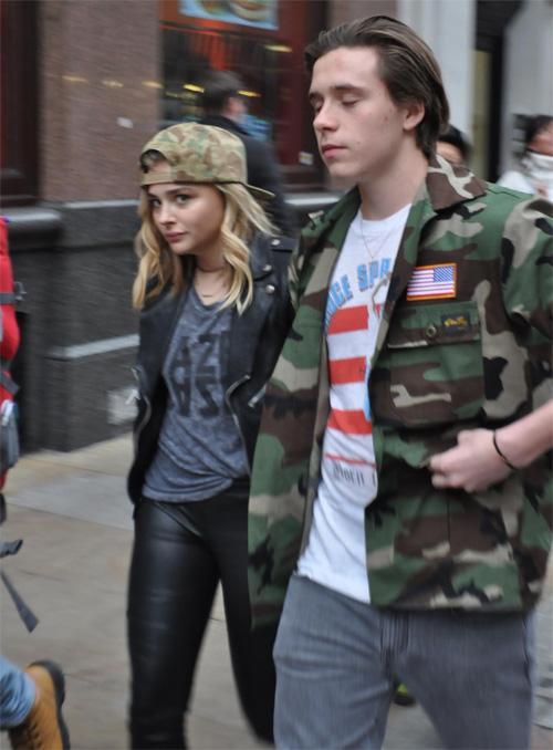 Brooklyn và Chloe Moretz tay trong tay đi dạo tại London tháng trước.
