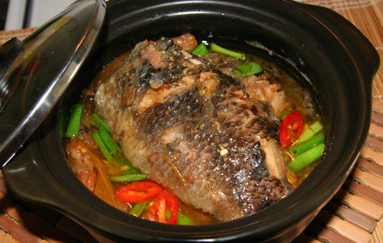 Khi thời tiết đang chuyển mưa, cá rô kho tộ đậm đà hơi cay là món ăn ngon miệng mà bạn có thể chuẩn bị cho bữa cơm của gia đình.