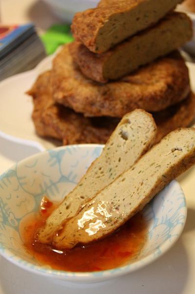 Có rất nhiều loại cá có thể chế biến thành chả cá rất ngon. Mời bạn thử làm món chả cá hồi kèm với tương ớt hoặc nấu với bánh canh chả cá.