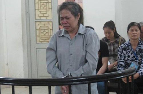 Ân hận về việc làm dại dột của bản thân, Nguyễn Thị Chiên khóc sướt mướt tại phiên tòa.