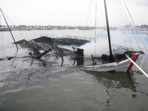 Tàu du lịch 4 sao bốc cháy dữ dội rồi chìm nghỉm. Ảnh: Minh Cương.