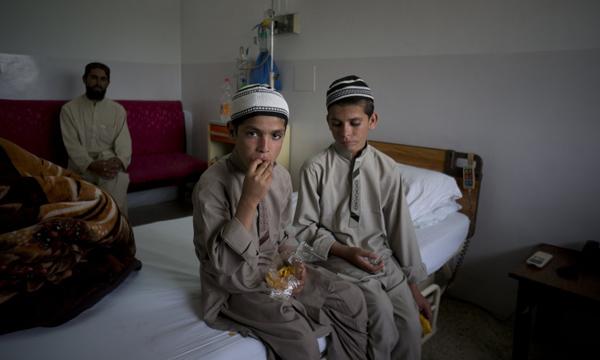 Abdul Rasheed (trái) và anh trai trong phòng bệnh của Viện Y khoa Pakistan.