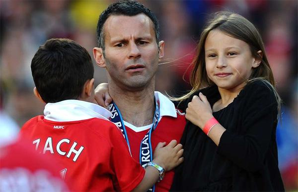 Vợ chồng Giggs kết hôn năm 2007 sau khi đã có hai bé Liberty (12 tuổi) và Zach (9 tuổi).