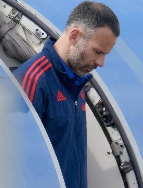 Giggs với tâm trạng nặng nề tại sân bay Norwich khi cùng MU chuẩn bị cho trận đấu sớm vòng 37 hôm nay.
