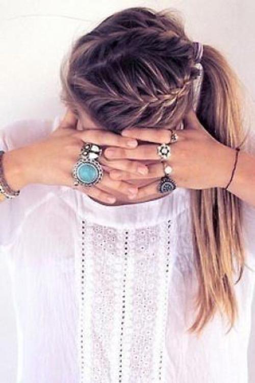 Nếu khéo tay hơn một chút, bạn có thể chia đôi tóc, tết thành hai lọn từ mái xuống dưới gáy rồi buộc gọn gàng lại.
