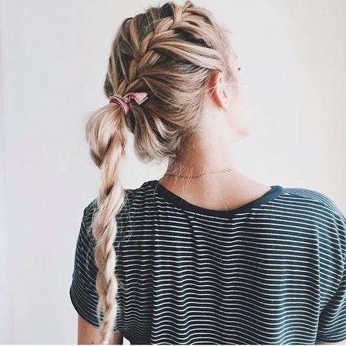 Kiểu tết mái lệch kết hợp với buộc đuôi sam cũng là một gợi ý hay ho cho những nàng tóc dài.