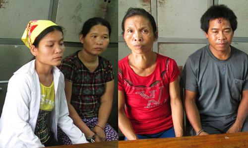 Lương Mẹ Khăm (áo trắng, ngoài cùng bên trái) và 3 nghi can tại cơ quan điều tra. Ảnh: Lữ Phú.