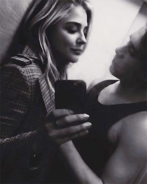 Khoảnh khắc lãng mạn của Brooklyn và Chloe Moretz.,