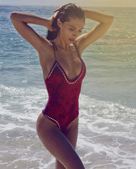 vo-cu-va-bo-moi-button-cung-khoe-dang-dep-voi-bikini-5