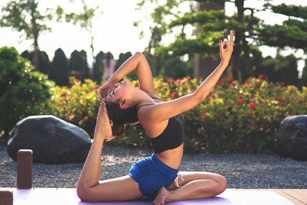 hoa-hau-bien-van-anh-giu-dang-nuot-nho-tap-yoga-3