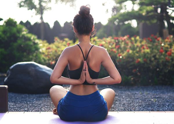 hoa-hau-bien-van-anh-giu-dang-nuot-nho-tap-yoga-4