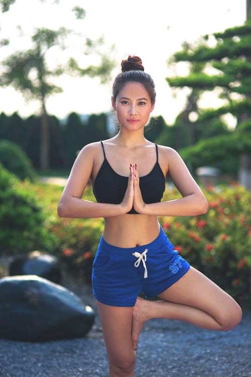 hoa-hau-bien-van-anh-giu-dang-nuot-nho-tap-yoga-6