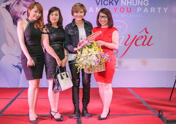 mr-dam-nhi-nhanh-den-chuc-mung-vicky-nhung-6